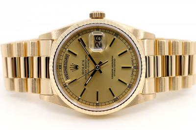 ROLEX DAY-DATE Chronometer in 18k yellow gold | Reference 18238 | President bracelet with rare box-clasp in 18k yellow gold | diamond cut bezel | Dial Champagne | very good condition | a Rolex service was carried out in October 2018 booklet & warranty card attached | enclosed box - booklets - original warranty certificate CC150 Galan Santander