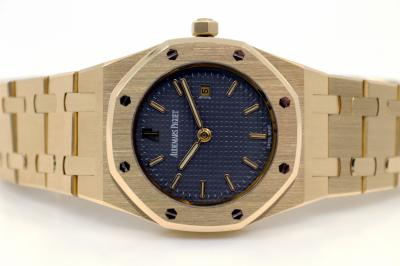 pre owned Audemars Piguet ROYAL OAK medium / unisex in 18k Yellowgold