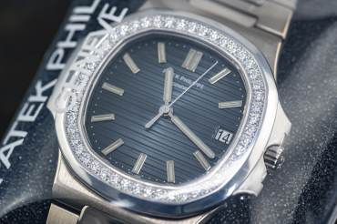 pre owned PATEK PHILIPPE rare Jumbo NAUTILUS with Diamond Bezel - 48 Diamonds approx. 1.50 Carat
